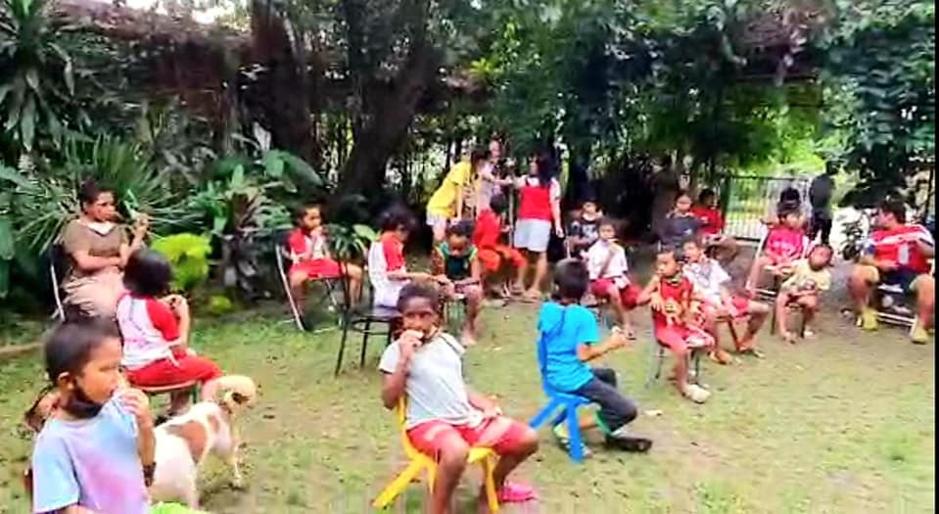 Foto: Anak-anak yatim di Panti Asuhan Pa van der Steur, Jakarta Selatan pada Kamis (7/5) makan coklat bersama dan menerima bantuan paket sembako.